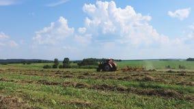 Traktor pflügt das Land Landwirtschaftliche Sommerlandschaft stock video footage
