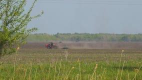 Traktor pflügt oder eggt den Boden auf Feld Vorbereitung des Landes f?r das S?en stock video footage
