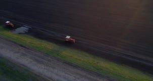 Traktor pflog Feld stock video