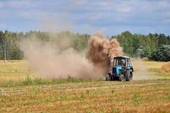 Traktor pflog Feld lizenzfreie stockbilder
