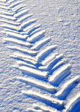 Traktor-Reifen-Spur im Schnee Lizenzfreie Stockfotos