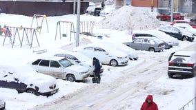 Traktor-Reinigungs-Schnee an Winter Snowy-Tag in der Stadt Winter-Service-Fahrzeug in der Arbeit Schneeräumungsfahrzeug stock video
