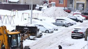 Traktor-Reinigungs-Schnee an Winter Snowy-Tag in der Stadt Winter-Service-Fahrzeug in der Arbeit Schneeräumungsfahrzeug stock footage
