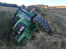 Traktor rullande över i skörden Royaltyfria Bilder