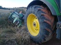 Traktor rullande över i skörden Royaltyfria Foton
