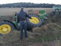 Traktor rullande över i skörden Arkivbilder