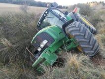 Traktor rullande över i skörden Fotografering för Bildbyråer