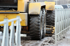 Traktor säubert die Straße in der Stadt des schmutzigen Schnees Lizenzfreies Stockbild