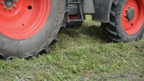 Traktor sammeln Heufeld stock footage