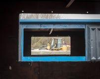 Traktor sichtbar durch die Öffnung von Papierkörben Lizenzfreies Stockfoto