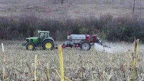 Traktor som besprutar fältet lager videofilmer