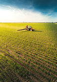 Traktor som besprutar sojabönafältet på våren arkivbild