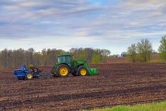 Traktor som drar en vaggaplockare Royaltyfri Bild