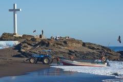 Traktor som drar fiskebåten Arkivfoto