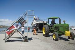Traktor som drar släpet och dykfartyget från havet Royaltyfria Foton
