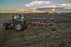 Traktor som förbereder fältet Arkivfoto