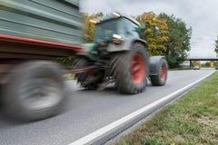 Traktor som förbigår på en nationell huvudväg, Tyskland Arkivbilder