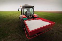 Traktor som fördelar konstgjorda gödningsmedel Royaltyfria Bilder