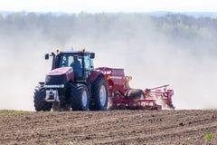 Traktor som harvar fältet Royaltyfri Fotografi