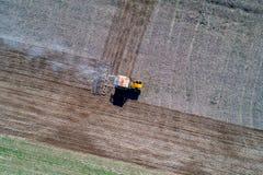 Traktor som harvar fältet Royaltyfria Foton
