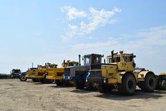 Traktor som i rad står jordbruks- maskineri som planterar seederfjädern Arkivfoton