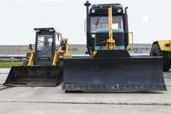 Traktor som i rad står Parkering av jordbruks- maskineri Arkivfoton