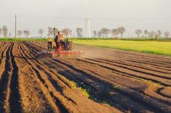 Traktor som plogar det jordbruks- fältet Royaltyfri Bild