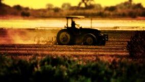 Traktor som plogar lantgården lager videofilmer
