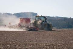 Traktor som sås i fältet Royaltyfria Bilder