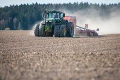 Traktor som sås i fältet Arkivfoton