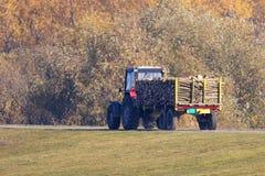 Traktor som transporterar lastbilen Arkivfoton