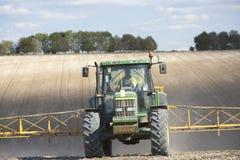 Traktor-Sprühfeld Stockfoto