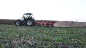 Traktor steht auf einem Gebiet der Schwarzerde bei Sonnenuntergang stock footage