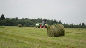 Traktor stellen Strohballen her stock footage