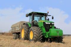 Traktor und Ackerwagen John Deeres 7280R Lizenzfreie Stockfotografie