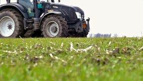 Traktor und Düngemittel stock video