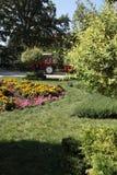 Traktor und die Laufkatze im Park arbeiten im Garten lizenzfreie stockfotografie