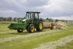 Traktor und Heurechen Lizenzfreie Stockfotos