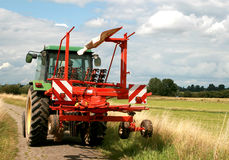Traktor und Heuwender Stockbild