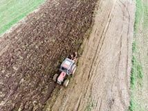 Traktor und landwirtschaftliche Maschine, Pflügen des Feldes für italienischen Frühlingsgarten stockbilder