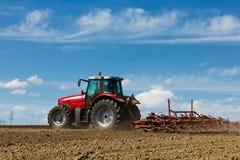 Traktor und Pflug Lizenzfreie Stockfotos