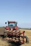 Traktor und Pflug an der Ernte Lizenzfreies Stockfoto