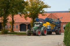 Traktor und Sprüher mit falten-in Spraybooms stockfoto