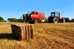 Traktor und Stroh Stockbilder