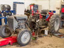 Traktor under reparation Arkivbilder