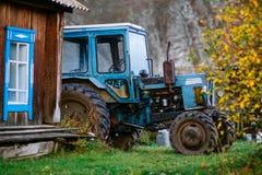Traktor in vilage nella regione di Altai vicino alla valle di Akkem Fotografia Stock Libera da Diritti