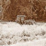 Traktor zur Ernte-Zeit Stockbilder