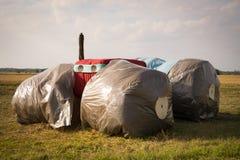 Traktoranseende i ett fält Royaltyfri Foto