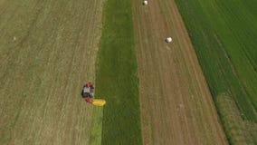 Traktorarbeit über grüne Felder stock footage