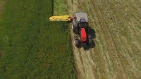 Traktorarbeit über grüne Felder stock video footage